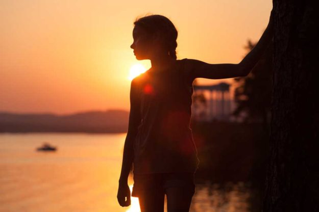 portrait-of-sad-little-girl-standing-on-the-beach-950px
